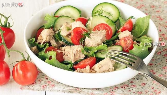 salatka-z-tunczykiem-pomidorami-i-ogorkiem