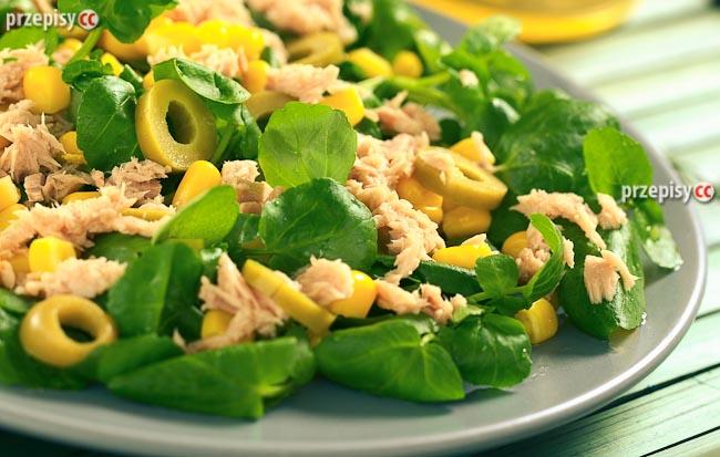 salatka-z-tunczykiem-i-oliwkami